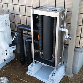 戸建ての浄水器設置例前面パネルを開放して内部保温材の様子を見せる写真